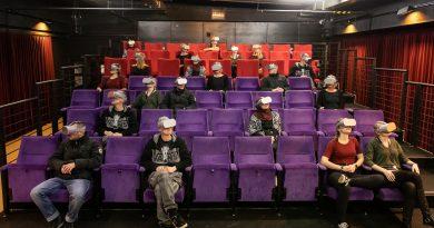 Das Bild zeigt das Kino des Hallenbades mit Personen, die VR-Brillen aufgesetzt haben.