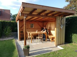 Das Bild zeigt Armin Wurm in seiner selbstgebauten Garternhütte.