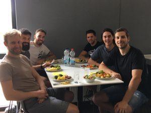 Das Bild zeigt Armin Wurm mit seinen Teamkollegen von den Grizzlys Wolfsburg