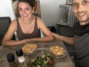 Das Bild zeigt Armin Wurm beim Essen mit seiner Frau Sabrina.