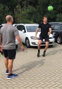 Das Bild zeigt den Eishockeyspieler Armin Wurm beim Fußball.