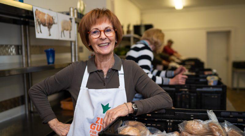 Mona Eisenberg bei der Essensausgabe der Wolfsburger Tafel