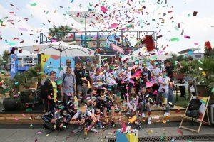 Das Bild zeigt eine Gruppe von Menschen bei einer Feier in der Autostadt.