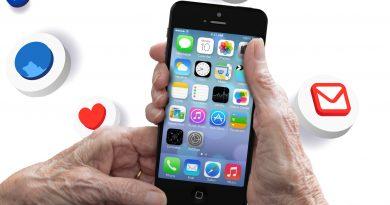 Älterer Mann hält ein Handy für die Smartphoneschulung in den Händen