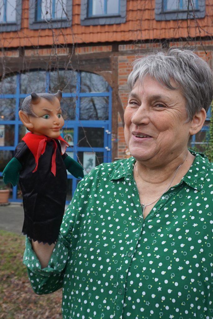Puppenspielerin Brigitte van Lindt mit ihrem Lieblingssammlerstück, einem androgynen Teufel