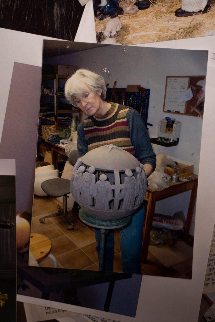 Ein älteres Foto von Frau Fehrmann bei dem Erstellen einer Skulptur.