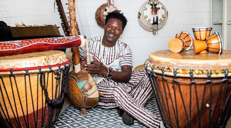 Doubassin Sanogo sitzt zwischen seinen Instrumenten