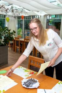 Annika Dressler beim Eindecken von Tischen