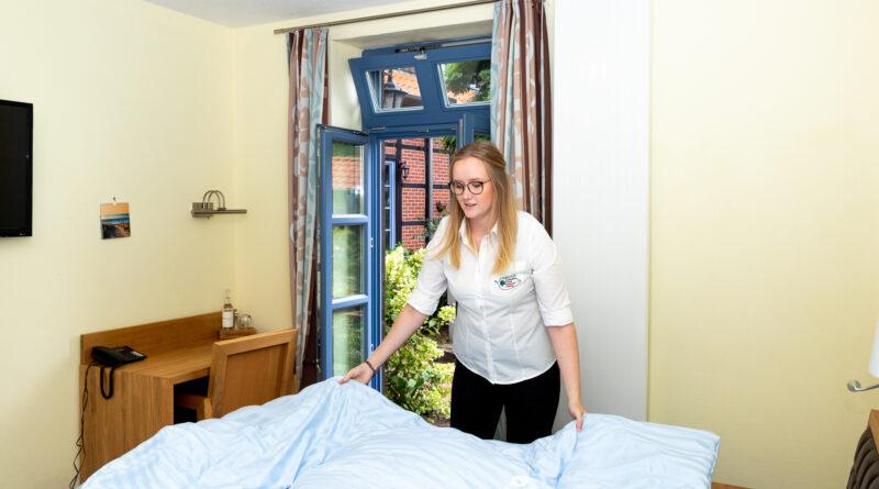 Annika Dressler im Bereich Housekeeping während ihrer Ausbildung zur Hotelfachfrau