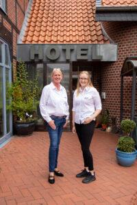 Ein gutes Team: Lindenhof-Geschäftsführerin Melanie Perricone und Auszubildende Annika Dressler.