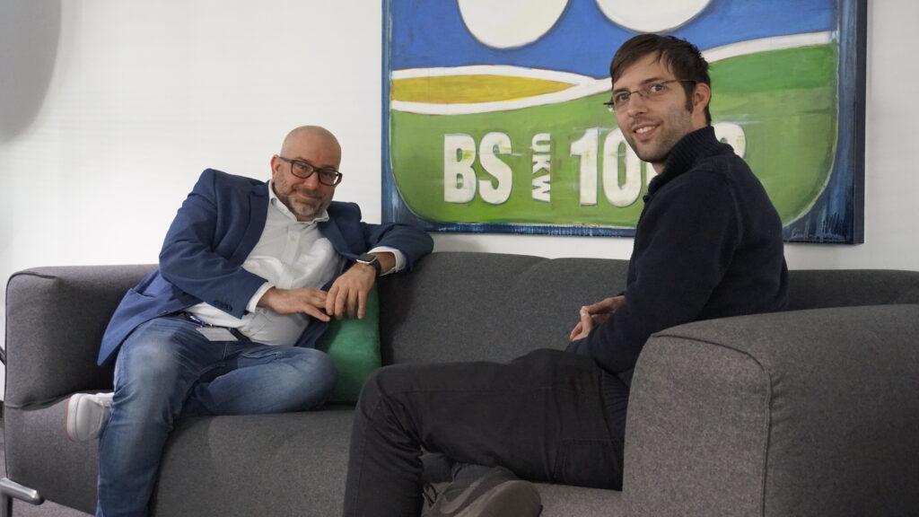 Radio38 Geschäftsführer und Programmdirektor Sascha Polzin mit Morning-Man Stefan Gelhorn auf dem Sofa