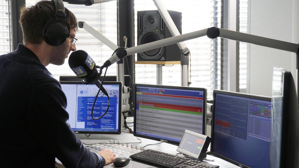 Radio38 Morning-Man Stefan Gelhorn während der Sendung