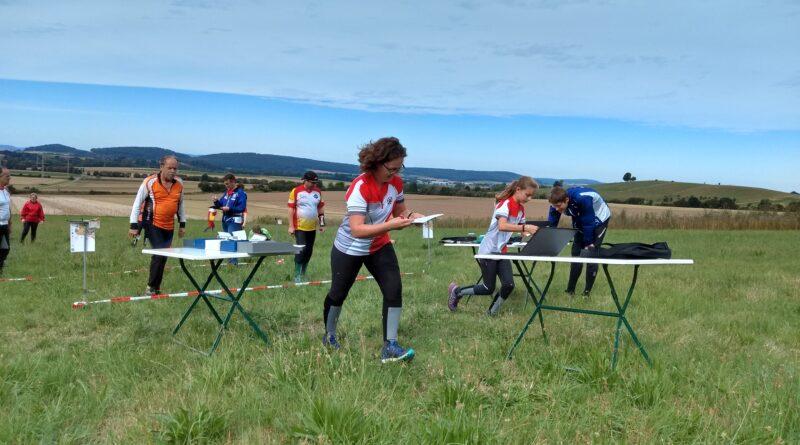Checkpunkt bei einem Wettkampf im Orientierungslauf in Seesen, im Vordergrund sind die Teilnehmerinnen Claudia und Jule Weigert