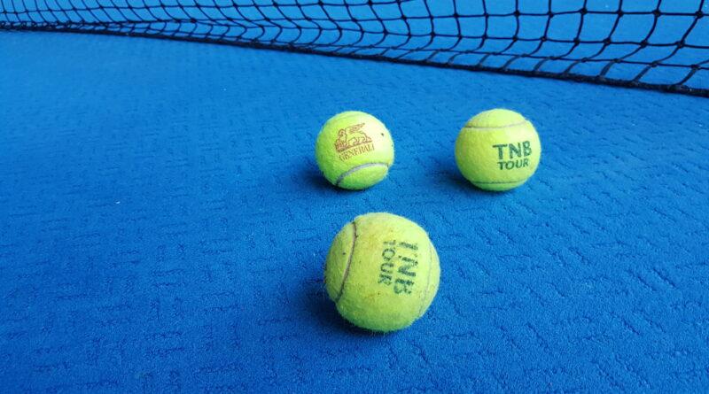 Tennisbälle auf dem Tennisplatz am Bötzel beim TV Jahn