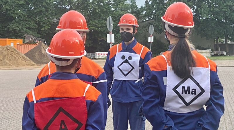 Tom mit anderen Jugendlichen bei der Jugendfeuerwehr in Vorsfelde