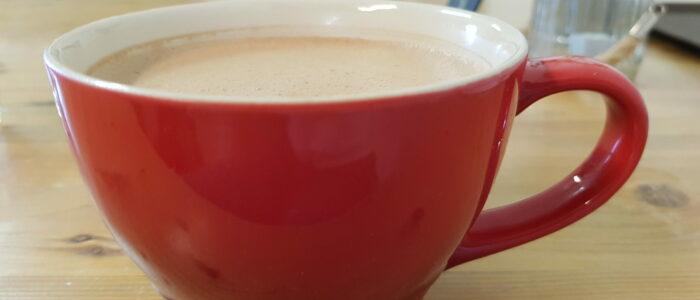 Heiße Schokolade in roter Tasse