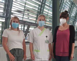 Von links: Daniela Hermann mit den beiden Auszubildenden Theres Ludwig und Adelina Schulte im Klinikum Wolfsburg
