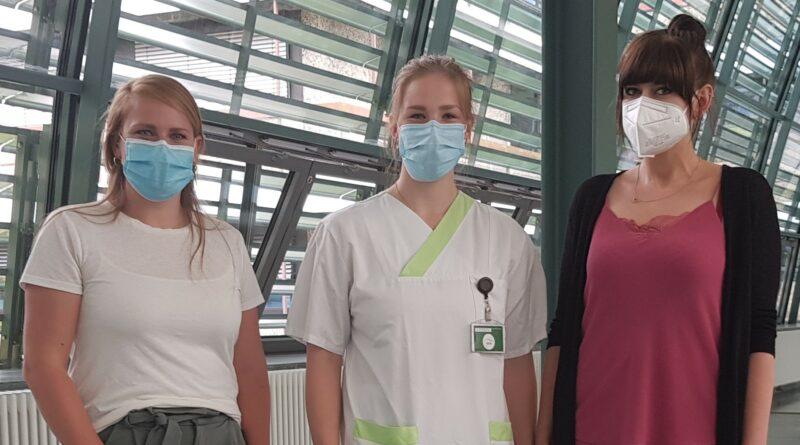 Von links: Daniela Hermann mit den beiden Auszubildenden Theres Ludwig und Adelina Schulte