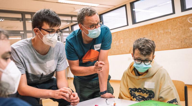 """Björn Ferneschild setzt gemeinsam mit Schülerinnen und Schüler des ASG Wolfsburg im Projekt """"Wolfsburger Schule für Vielfalt"""" ein Statement für Weltoffenheit und Akzeptanz."""