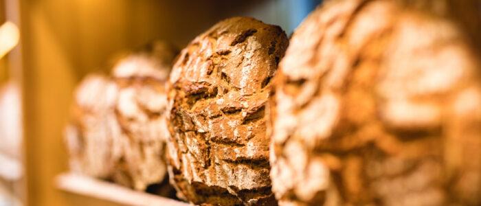 Brote liegen im Regal